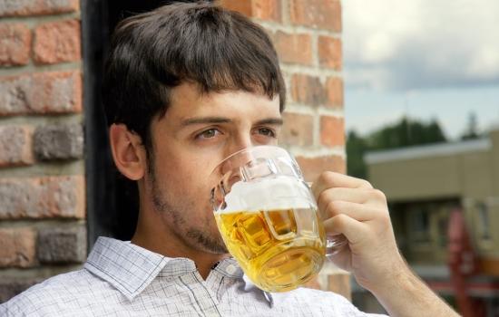 Ученые узнали, как связаны пиво и потенция. Любителям пенного напитка ничего не светит