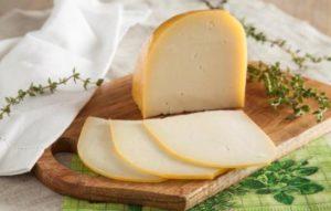 Польза козьего сыра для повседневного и лечебного стола. Что особенного в этом продукте и что можно сказать о вреде козьего сыра