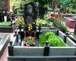Как грамотно выбрать время и подрядчика для монтажа памятника на могиле?